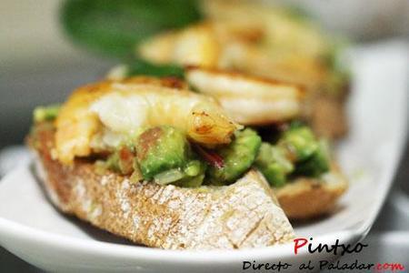 Bruschetta de guacamole y langostinos al ajillo. Receta