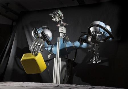 A Boris no le asustan los objetos diferentes, es un robot que sabe cómo debe cogerlos
