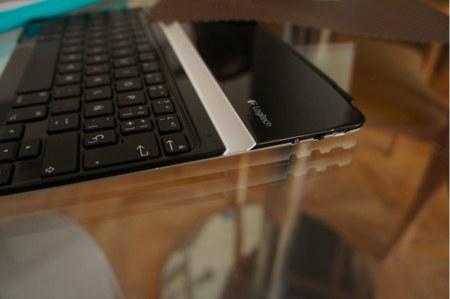 Detalle de la conexión USB, interruptor de encendido y botón Bluetooth  en la parte derecha del teclado