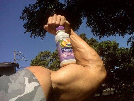 Apoyarnos en una pared al hacer curl de bíceps para conseguir unos brazos de acero