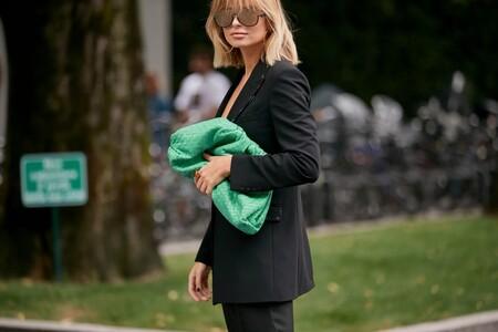 """Clonados y pillados: el famoso bolso """"The Pouch"""" de Bottega Veneta ahora se encuentra en Uterqüe (por menos)"""