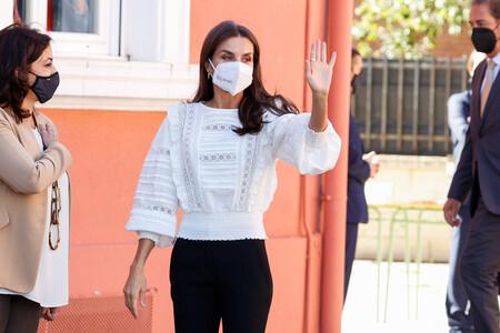 La Reina Letizia sorprende con unos pantalones skinny súper ajustados y la blusa romántica más it del otoño
