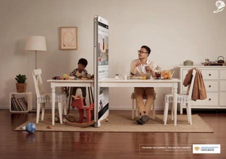 ¿El móvil o tu familia? Impactante campaña sobre el abuso de los móviles