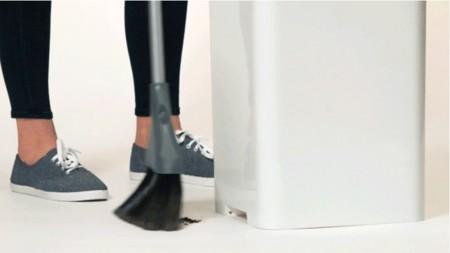 Este cubo de basura inteligente aspira la suciedad mientras barres