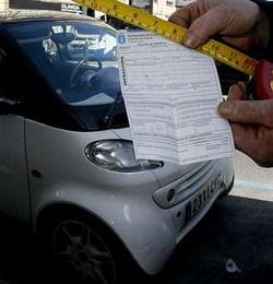 Multada con 120 euros por aparcar a menos de 20 centímetros de los otros coches