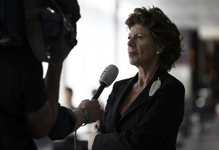 """Neelie Kroes a los consumidores europeos: """"Abandonad vuestro operador y pasaros a Skype"""""""