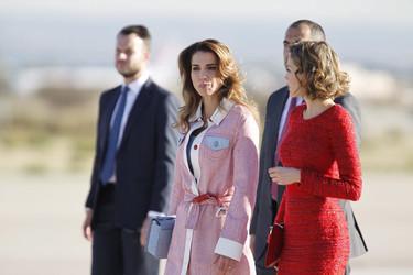 El color rojo vuelve a ayudar a doña Letizia a superar a Rania de Jordania a pie de pista