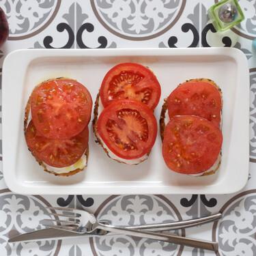 Tosta Estela de tomate y queso camembert: receta fácil para un desayuno salado (también para el aperitivo o la cena)