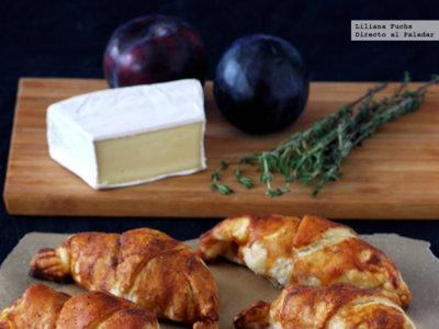 Croissants de hojaldre rellenos de lacón, brie y ciruela. Receta