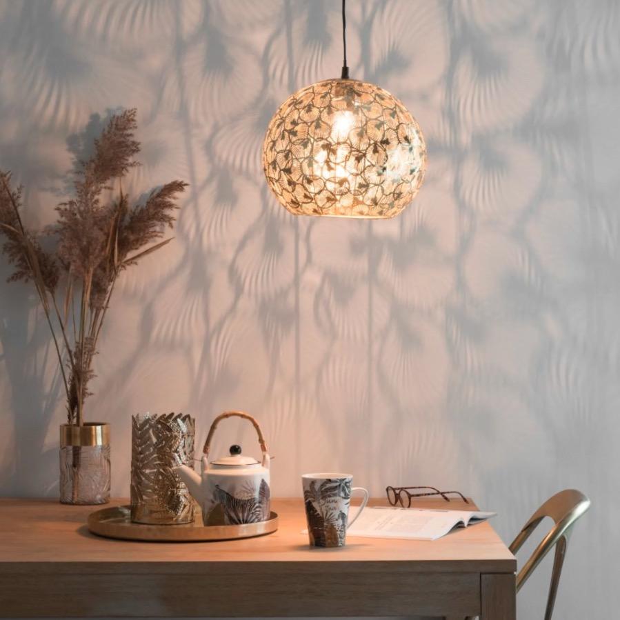 Lámpara bola de techo de metal dorado con motivos decorativos Naphasita
