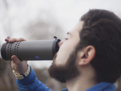Este termo inteligente puede calentar o enfriar tu bebida
