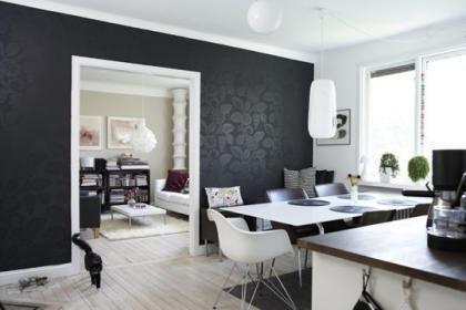 Un salón con toques negros.
