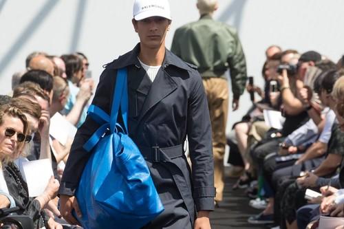 Zara también quiere ser Balenciaga, así es la bolsa inspirada en Ikea que acaban de lanzar al mercado