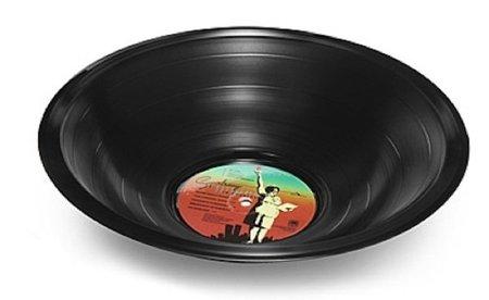 Servir la ensalada en un disco de vinilo