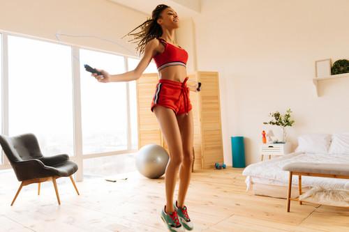 Entrenamiento de cardio en casa: todos los beneficios de saltar a la cuerda en tu salón (y un entrenamiento HIIT para probar)