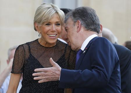 Brigitte Macron cambia el blanco por el negro y elige un vestido veraniego algo más original