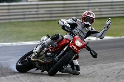 Rubén Xaus probando la Ducati Hypermotard