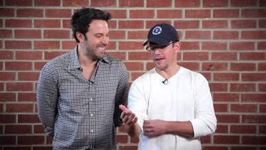 Ben Affleck y Matt Damon chinchándose el uno al otro. Los adoramos