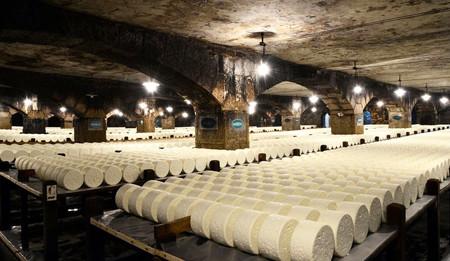 Hemos visitado una cava de queso en el pueblo de Roquefort, el mismo dónde se elabora el famoso queso francés
