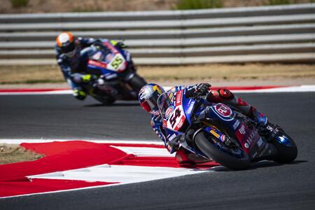 Toprak Razgatlioglu tira de coraje para ganar en Navarra y empatar con Jonathan Rea en la general de Superbikes