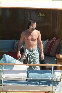 Johnny Depp en yate a pecho descubierto