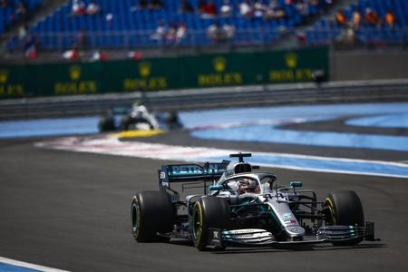 Lewis Hamilton arrasa en Francia y Carlos Sainz termina sexto pese a las quejas de su compañero