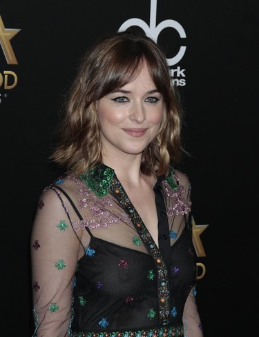 Dakota Johnson sale de su zona de confort y luce transparencias muy atrevidas