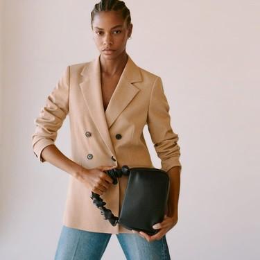 El bolso scrunchie con asas fruncidas es el último grito entre las chicas de moda: siete modelos para atreverse antes que nadie