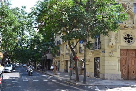 Valencia prohíbe a las motos circular por el carril bus y lo tendrán más difícil para aparcar en las aceras