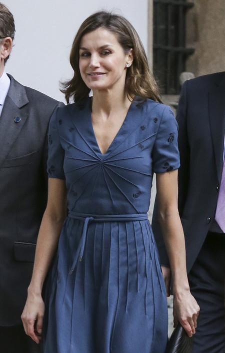 La reina Letizia desafía al temporal gallego (y al frío) con su último look