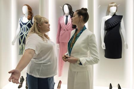 """""""Timadoras compulsiva"""", la película en la que Anne Hathaway y Rebel Wilson se vengan de los hombres promete hacerte reír a carcajadas"""