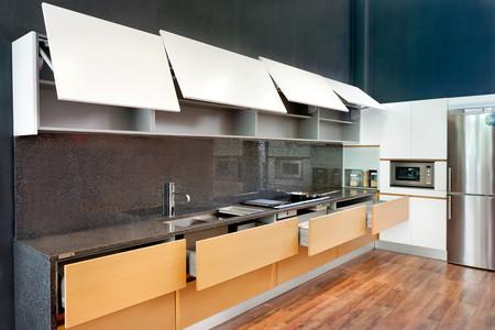 Siete sistemas de apertura pr cticos y silenciosos para un for Manual para muebles de cocina