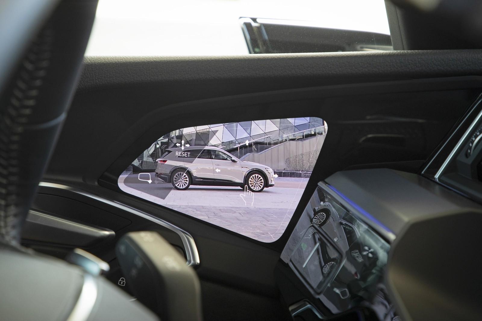 Foto de Audi e-tron (73/111)