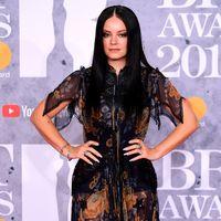 BRIT Awards 2019: Lily Allen se marca el look más dark, pareciendo una más de la familia Adams