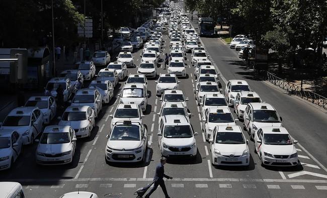 Así se vive desde dentro la mayor huelga del Taxi en España: Hablamos con un taxista y un VTC