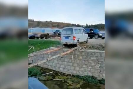 Un chino, una furgoneta y unos troncos como puente: el vídeo más estresante que verás hoy