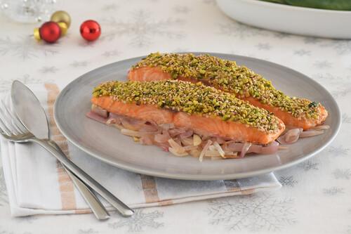 Salmón al horno con costra crujiente de pistachos y sésamo: receta fácil para un menú saludable de Navidad