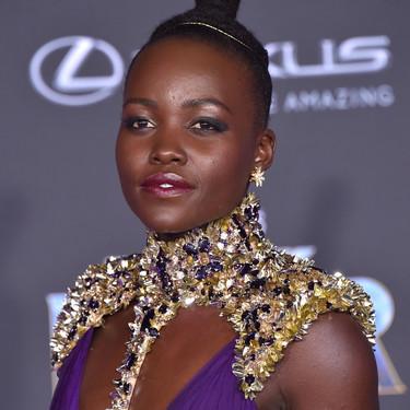 Lupita Nyong'o se come la première de 'Black Panther' con el look más ultravioleta y poderoso