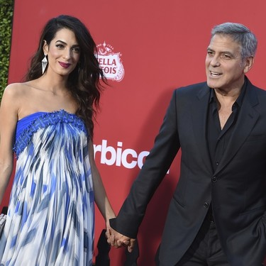 Amal Clooney luce un vestido azul que nos hace ponernos verdes de envidia