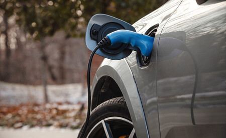 Europa quiere endurecer el límite de emisiones de CO2 para 2030: unos 47,5 g/km que suponen el fin de los coches de gasolina o diésel