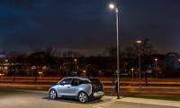 Mini y BMW están enseñando sus farolas con cargador para vehículos eléctricos