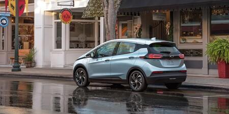 El riesgo de explosión con las baterías del Chevy Bolt, cada vez mayor: General Motors pide aparcar a 15 metros de otros coches