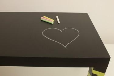 Hazlo tú mismo: convertir una mesa en pizarra para hacer más divertida la vuelta al cole, paso a paso