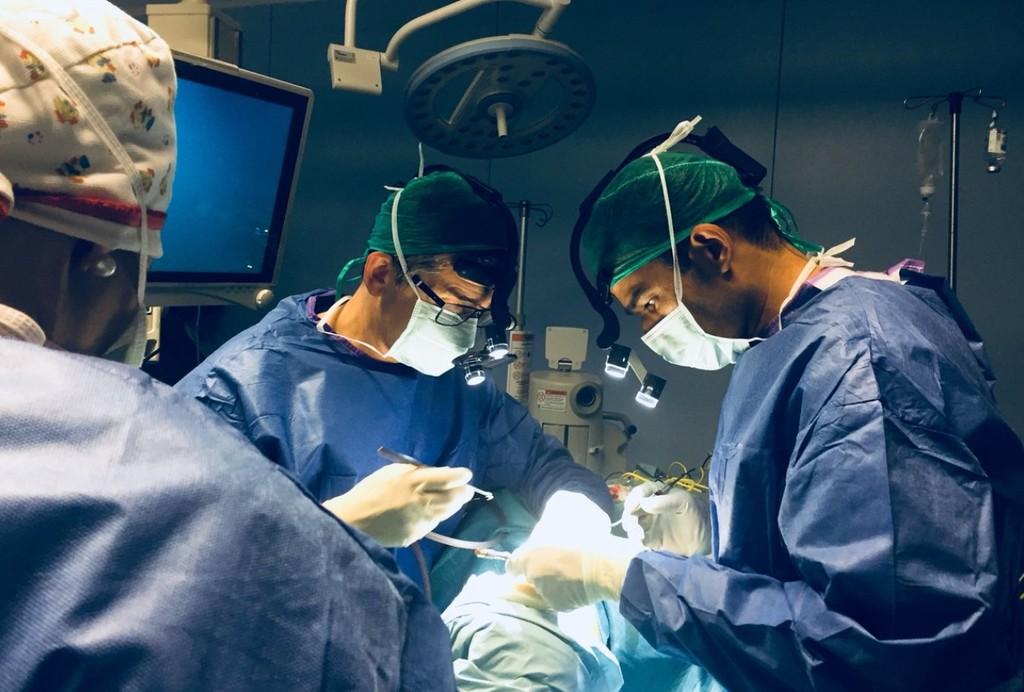 Hasta los doctores consultan YouTube para aprender a realizar operaciones que no habían hecho antes
