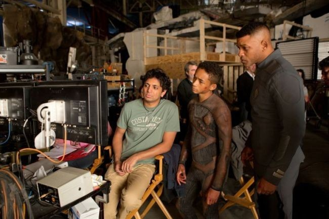 Shyamalan junto a Jaden y Will Smith en el rodaje de After Earth