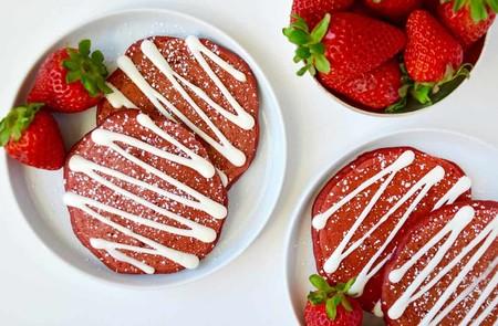 Hot cakes navideños Red Velvet. Receta de desayuno saludable y apta para celíacos