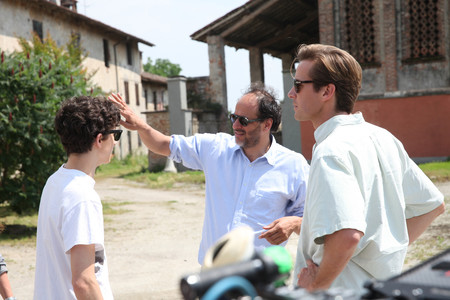 Luca Guadagnino da instrucciones en el rodaje de Call Me By Your Name