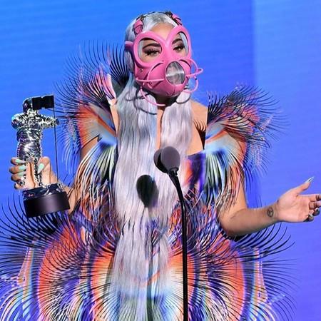 ¿No viste la gala más 'cutrihortera' de los VMAs? Las FPP2 de Lady Gaga-nadora, la paliza social en el callejón a The Weeknd y unos calzoncillos luminosos