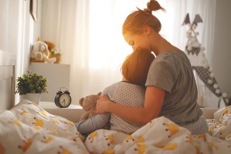 Madre Abrazando Hija