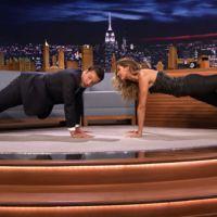 Gisele Bündchen enseña Jimmy Fallon a hacer plancha abdominal